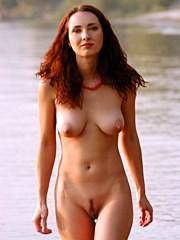 Muestra su cuerpo en una playa de río