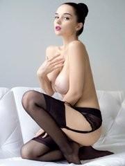 La modelo Eugenia tiene piel de porcelana y tetas enormes