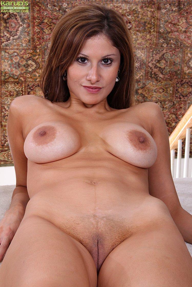 Mamá sexy Carla exponiendo bonitos pechos grandes y naturales