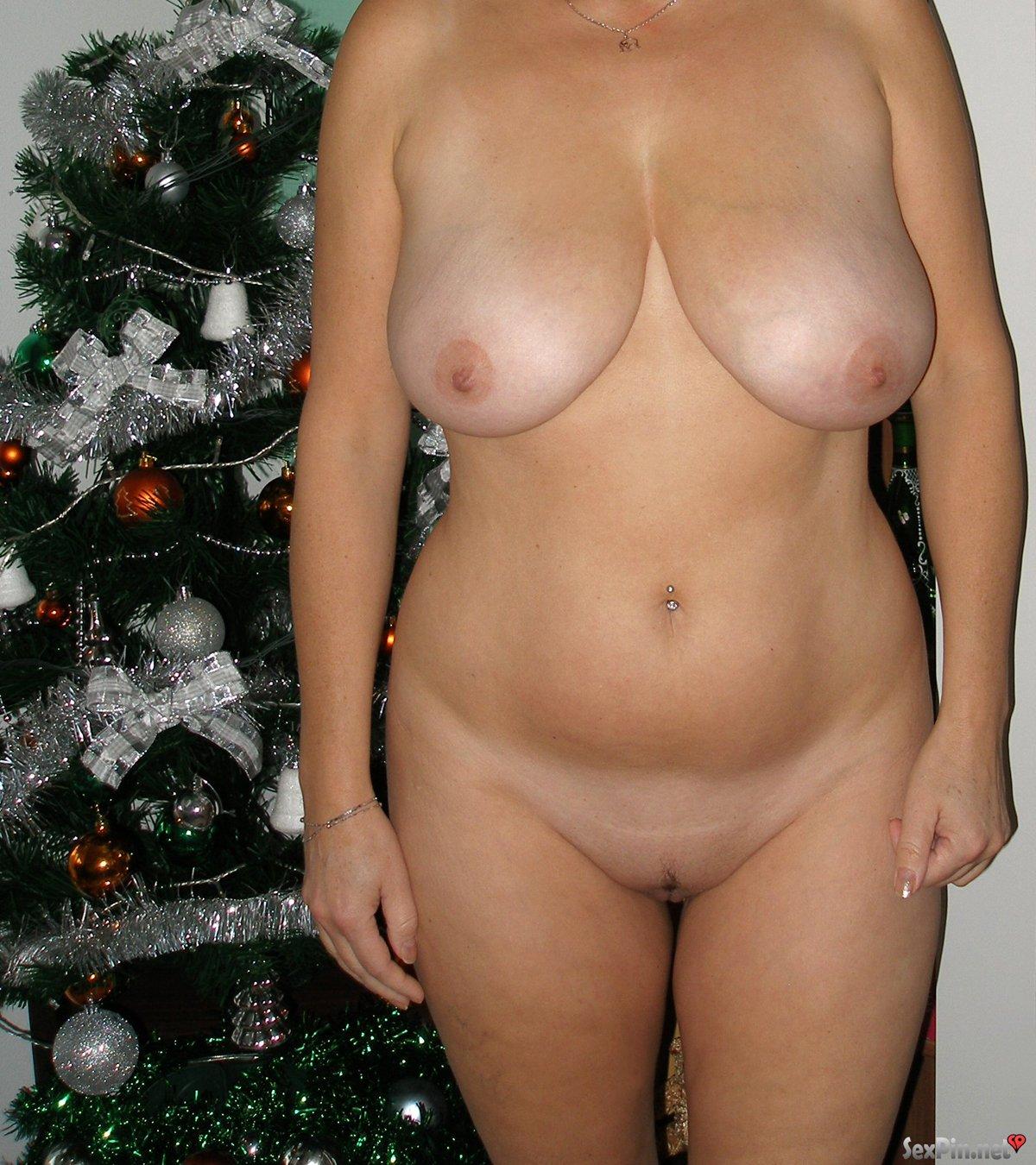 Amateur Milf muestra en Navidad grandes tetas naturales y coño